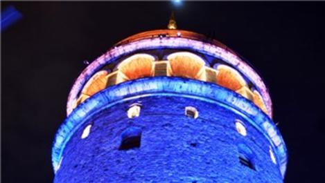 Galata Kulesi mavi ve turuncuya büründü