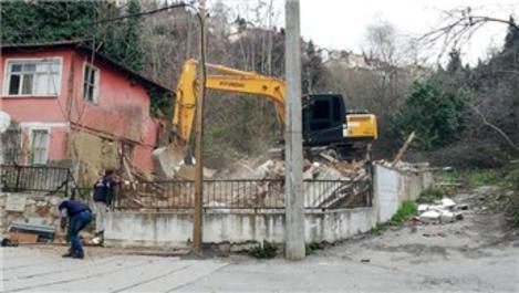 İzmit'te tehlikeli binalar yıkılıyor