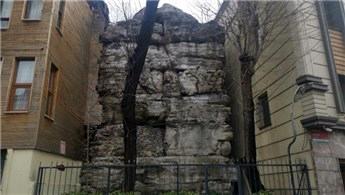 16 asırlık tarihi eser iki bina arasında sıkıştı!