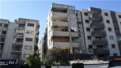 İzmir'de yan yatan binalar hala yıkılmadı