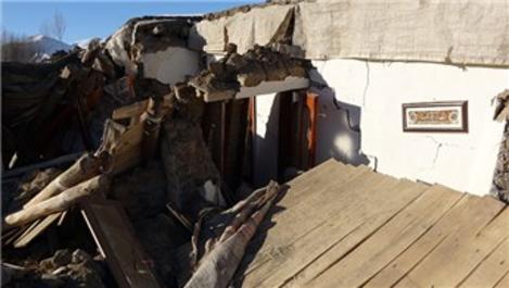 Yıkılan evde besmele tabelasının asılı olduğu duvar sağlam kaldı