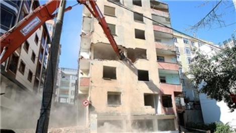 Esenler'de riskli ilan edilen 7 katlı bina yıkıldı