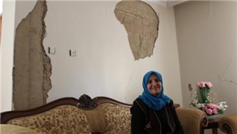 """Depremzedeler, hasarlı evlerde """"evde kal"""" çağrısına uyuyor"""