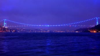 Fatih Sultan Mehmet Köprüsü maviye büründü