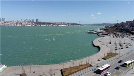 İstanbul'da fırtına denizin rengini değiştirdi