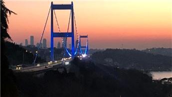 Boğaz Köprüleri polisler için mavi-beyaza büründü