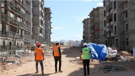 Depremzede konutları için işçiler bayramda da mesaide