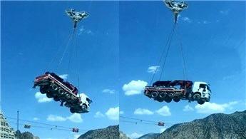 Yusufeli Barajı inşaatında iş makineleri böyle taşınıyor
