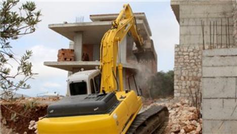 Kaş'ta kaçak villalar yıkılıyor