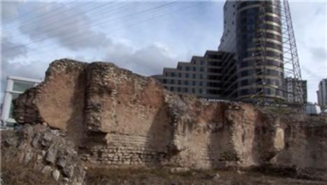 Esenyurt'taki tarihi yapı şehirleşmeye direniyor