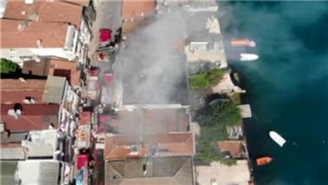 İstanbul Boğazı'na sıfır binanın çatısı alev alev yandı