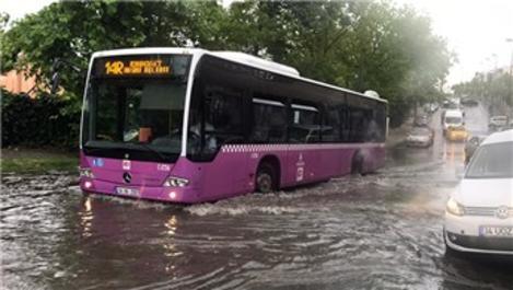 İstanbul'da aşırı yağış nedeniyle yollar göle döndü