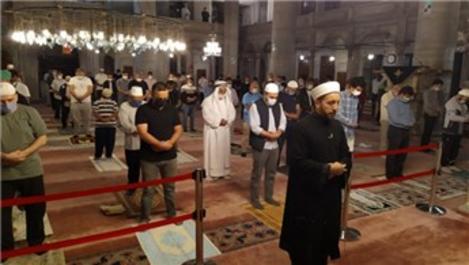 Camilerde cemaatle birlikte ilk sabah namazı kılındı