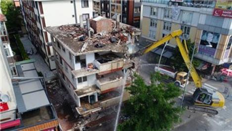 Büyükçekmece'de riskli bina belediye ekiplerince yıkıldı