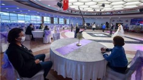 Düğün salonları ve internet kafeler kapılarını açtı