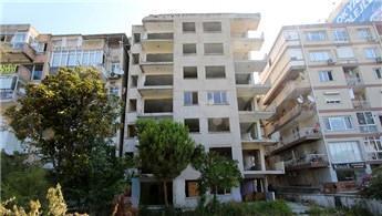 İzmir Bayraklı'da yan yatan bina onayın ardından yıkılacak