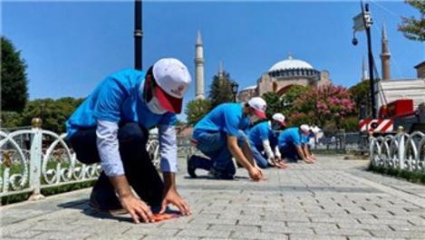 Ayasofya Camii çevresinde fiziki mesafe etiketleri yapıştırıldı