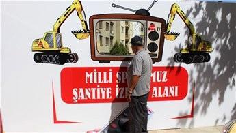 Vatandaşlar inşaat çalışmalarını televizyon-pencereden izliyor