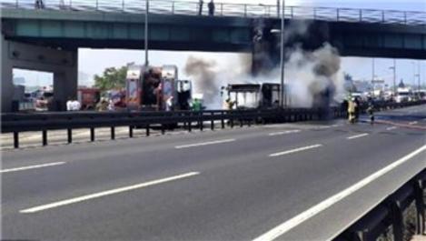 Zeytinburnu'nda metrobüs yangını!