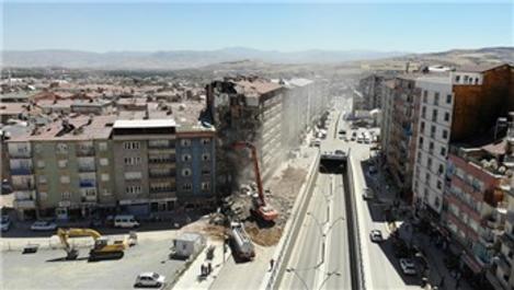 Elazığ'da 16 noktada yıkımlar devam ediyor
