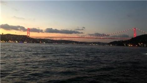 İstanbul'un köprüleri kırmızıya büründü