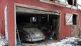 Yeni aldığı evin garajından Jaguar araba çıktı
