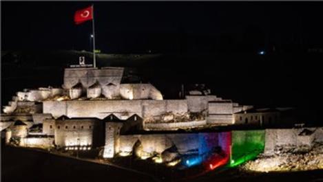 Azerbaycan bayrağı Kars Kalesi'ne yansıtıldı