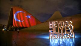 Bakü'nün ünlü binalarına Türk bayrağı yansıtıldı!