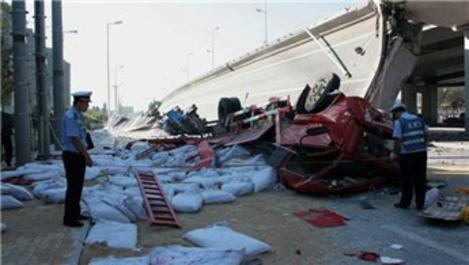Çin'de köprü yıkıldı!
