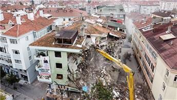 Büyükçekmece'de hasarlı 8 binanın yıkımı gerçekleştirildi