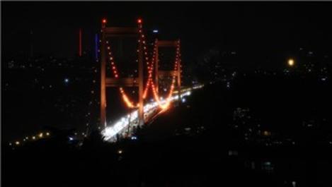 Fatih Sultan Mehmet Köprüsü turuncu renge büründü