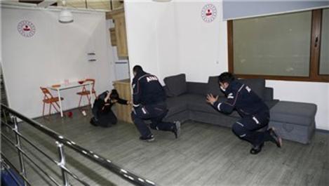 AFAD personeli depremde yapılması gerekenleri canlandırdı