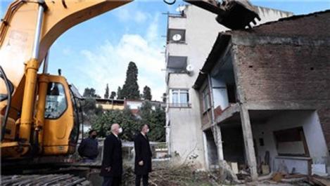 Kocaeli'de 17 Ağustos Depremi'nde hasar gören binalar yıkılıyor
