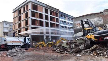 İzmir Bornova'da metruk binalar yıkılıyor