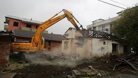 Gölcük'teki hasarlı binalar yıkılıyor