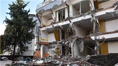 Marmaris'te riskli olan apart otelin yıkımı başladı