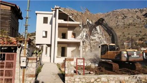 Marmaris ve Datça'da imara aykırı binalar yıkılıyor