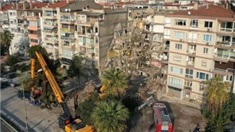 İzmir depreminde yan yatan bina yıkılıyor!