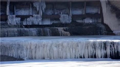 Kars'ta HES barajının yüzeyi ve Kars Çayı buz tuttu