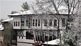 Safranbolu'nun tarihi evleri beyaz örtüyle kaplandı