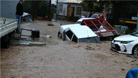 İzmir'de sel nedeniyle ev ve iş yerlerini su bastı