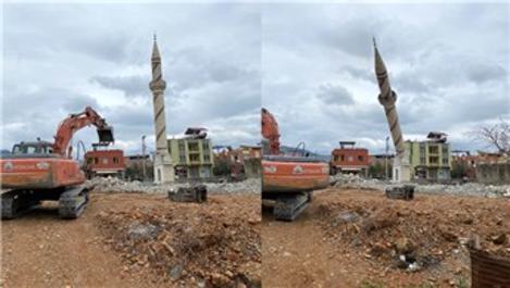 Adana'da depreme dayanıklı olmayan cami kontrollü şekilde yıkıldı