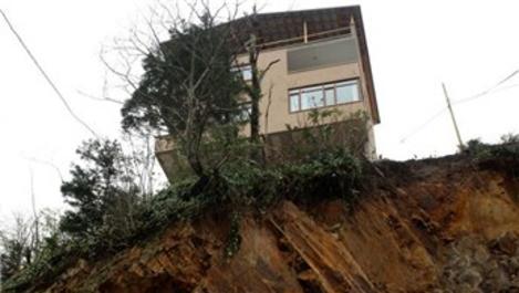 Rize'de toprak kayması nedeniyle 3 ev tahliye edildi