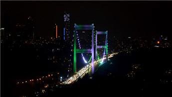 İstanbul'un köprüleri yeşil ve beyaz renklere büründü