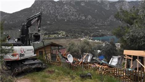 Akbük Koyu'nda kaçak yapıların yıkımı devam ediyor