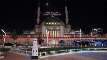 Taksim Camisi'ne ilk kez Ramazan mahyası asıldı