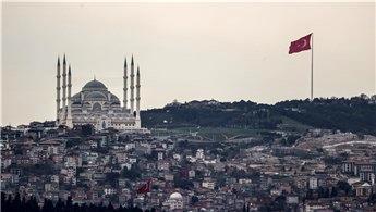 Türkiye'nin en uzun bayrak direğine dev bayrak çekildi