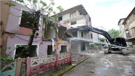 1999 depreminde hasar gören binalar yıkılıyor!