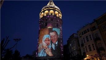 Galata Kulesi'ne Başkan Erdoğan ve annesinin fotoğrafları yansıdı