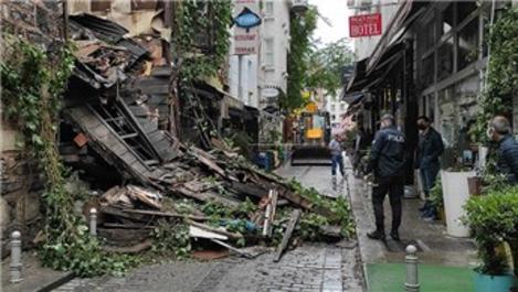 Fatih'te yağışın etkisiyle ahşap bina çöktü